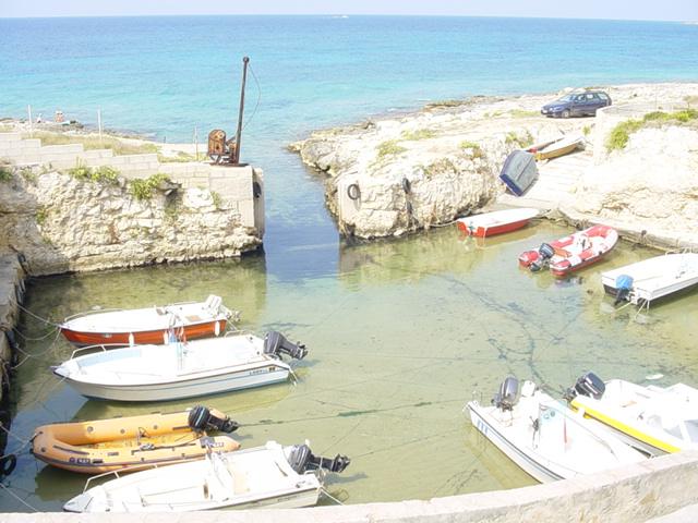 Torre Suda: marina ionica del Salento, caratterizzata da scogliera bassa, mare limpido e azzurro.