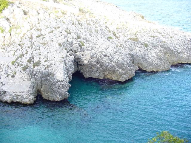 Marina di Marittima sorge a circa cento metri sul livello del mare ed e' caratterizzata da una costa alta e rocciosa con scogli impervi che improvvisamente si buttano a strapiombo nel mare.