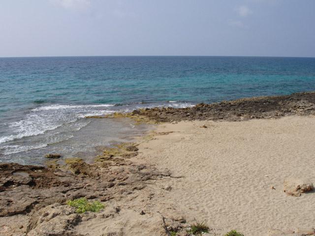 La costa e' principalmente rocciosa con scogli bassi e piani, facilmente percorribili fino alla riva. La Marina di Mancaversa possiede inoltre anche un piccolo lido sabbioso, lungo circa 300 metri e chiamato il Mare dei Cavalli.
