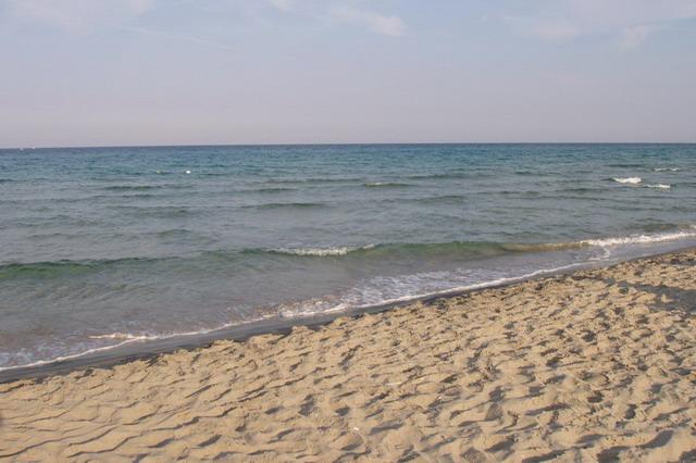 Otranto offre diverse spiagge, tra cui la spiaggia del paese piccola e affollata che pero' offre un mare azzurrissimo. Tra le spiagge di Otranto una delle piu' famose e' la Baia dei Turchi presso la localita' Laghi Alimini.