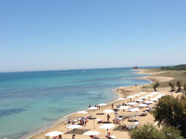 Il litorale della marina di Frigole, sulla costa Adriatica, si presenta principalmente sabbioso, con un mare pulito e acqua limpida. Una tranquilla e graziosa localita' ideale per una vacanza in completo relax.