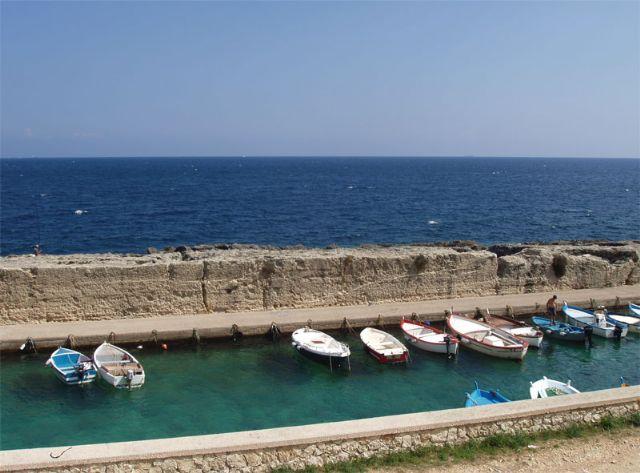 All'estremita' settentrionale della Marina di Andrano, in direzione Castro, si trova un porticciolo ricavato tra le rocce per dare riparo a piccole imbarcazioni da pesca e da diporto.