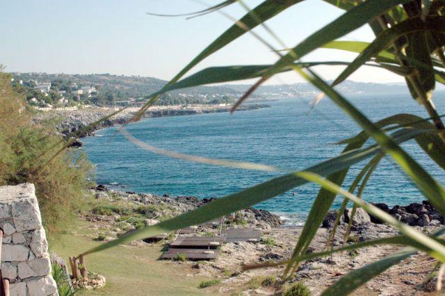 Marina di Andrano e' un piccolo paradiso per chi e' alla ricerca di acque fresche e limpide, dove prendere il sole nel piu' completo relax. Qui, si puo' scegliere tra diverse splendide localita' come La botte, Il fiume e la Grotta Verde.