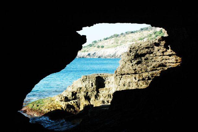A Marina di Andrano, non mancano, per gli amanti della solitudine e degli spazi incontaminati, insenature e calette, ampi costoni di roccia dove si e' soli di fronte al magnifico mare.