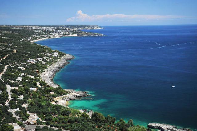 Marina di Andrano presenta circa tre chilometri di litorale in cui si puo' scegliere tra divese tipologie di costa. Chi ama gli scogli non puo' perdersi la Grotta Verde con la caratteristica colorazione delle acque in splendido verde smeraldo.