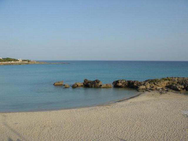La costa di Marina di Pulsano e' caratterizzata da piccole spiagge di sabbia ed insenature con sabbia bianca e fine, interrotte da tratti di scogliera bassa e balneabile.