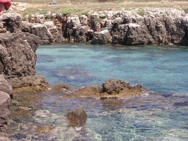 Posto Rosso: il nome e' dovuto probabilmente al colore rossastro degli scogli. La costa e' caratterizzata da una bassa scogliera facilmente praticabile.