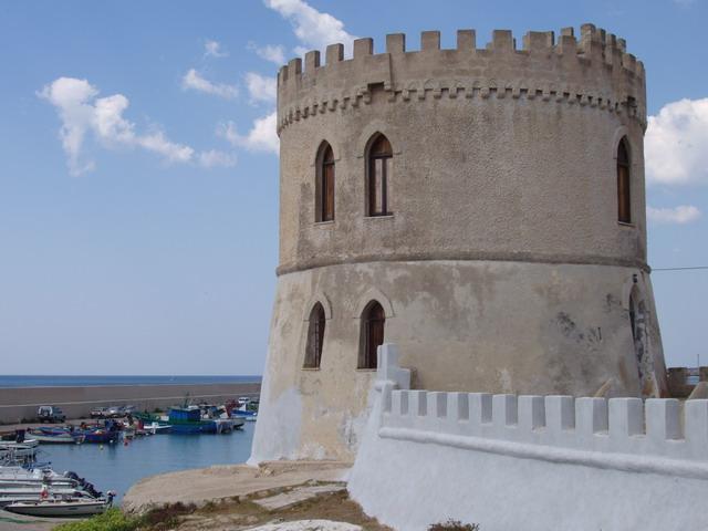 Torre Vado e' una delle tante torri di avvistamento costiere costruire intorno al  XVI secolo per difendere la costa del territorio salentino dalle invasiononi dei pirati Saraceni. Il Centro abitato si e' sviluppato intorno alla Torre.