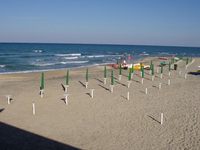 San Cataldo per le sue caratteristiche mare poco profondo e spiagge di sabbia e' adatta a famiglie con i bambini.