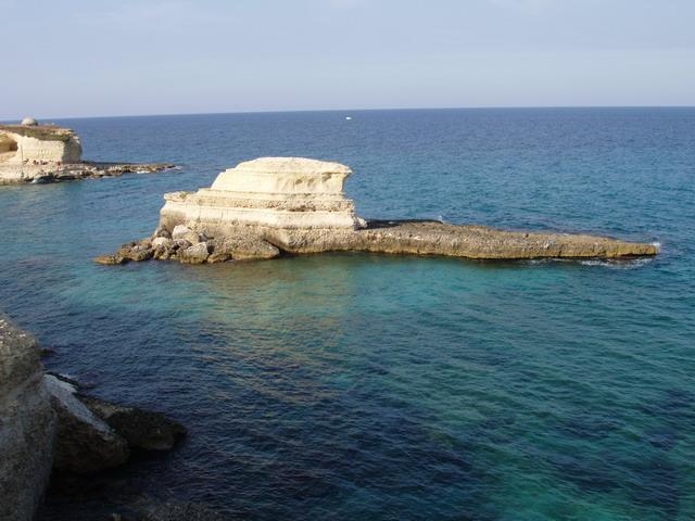 Vista dalla spiaggia dello scoglio detto del Tafaluro, immerso nel blu dello splendido mare Adriatico, nel Salento in Puglia.