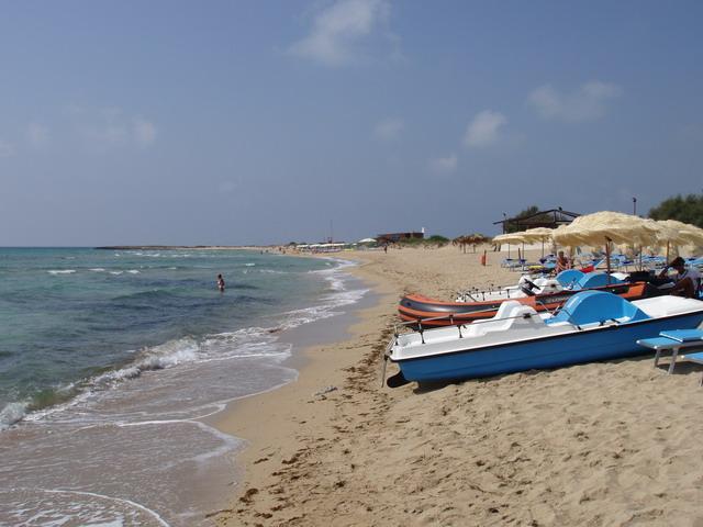 Oltre al bel mare e alle spiagge con sabbia fine e dorata, la zona di Lido Marini offre nelle vicinanze molti servizi turistici, da ristoranti, a bar a supermercati, oltre a villaggi turistici e residence attrezzati.