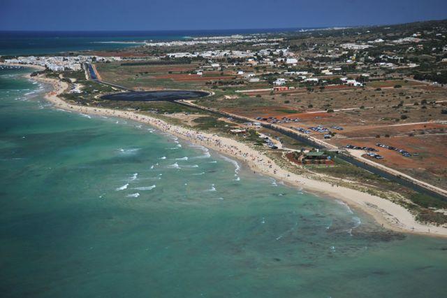 Il fondale del mare di Marina di Pescoluse e' basso ed esalta i colori rendendo la zona ideale per la balneazione. La spiaggia di Pescoluse e' la piu' lunga del litorale del Salento.