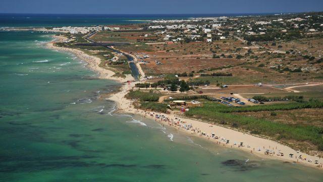 La costa di Pescoluse e' a tratti completamente libera, a tratti attrezzata con lettini ed ombrelloni. Il mare e' molto bello, turchese, cristallino e straordinariamente trasparente, con fondali sabbiosi piuttosto bassi