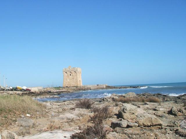 Torre Specchiolla si trova a Casalabate in provincia di Lecce. E' una torre di vedetta, eretta nel XVI secolo a difesa della penisola salentina, contro gli attacchi dei Turchi provenienti dal mare.