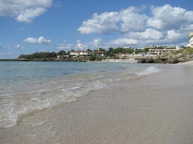La spiaggia di Marina di Pulsano e' molto ampia, soleggiata e attrezzata da punto di vista balneare e turistico. I suoi fondali sono mediamente bassi e indicati per questo, anche ad un turismo di tipo familiare.