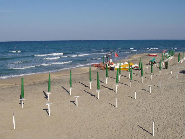San Cataldo dispone di numerosi stabilimenti balneari che offrono tutte le comodita', sdraio lettini ed ombrelloni.