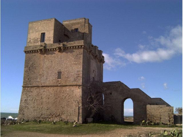 Torre Colimena fa parte del sistema difensivo lungo le coste voluto dagli spagnoli di Carlo V