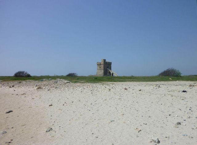Torre Squillace e' frequentata soprattutto dalla gente del posto, e anche dai turisti che vogliono sfuggire al caos tipico delle mete piu' rinomate, come la vicina Porto Cesareo