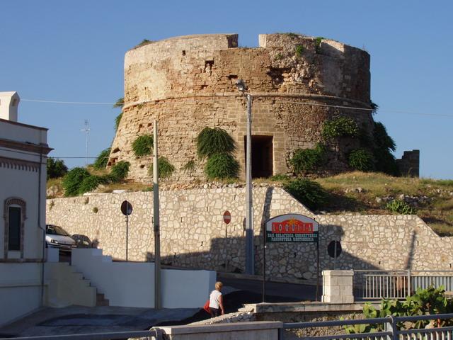 La Torre dell'Uomo Morto o Torre dell'Omomorto a Santa Maria di Leuca e' una delle centinaia di torri che si trovano con cadenza regolare lungo tutta la fascia costiera salentina.