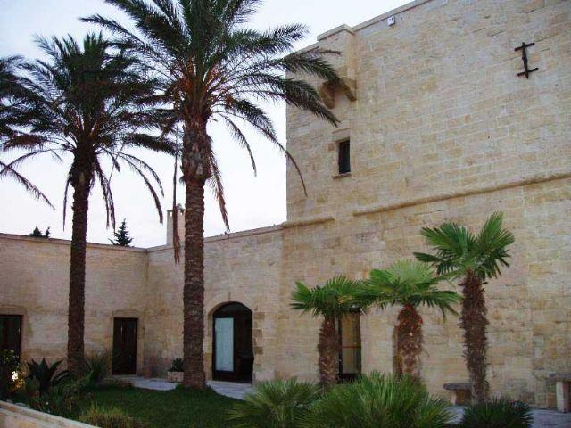 Il giardino della masseria vanta piante tipiche del mediterraneo e tropicali