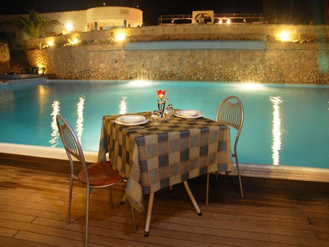 Bordo piscina attrezzato per cenare