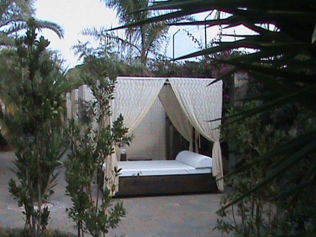 Arredamenti esterni a disposizione dei clienti dell'Hotel Village Koiné nel Salento