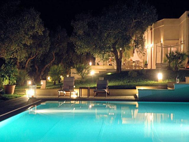 Piscina dell'Hotel Resort Tenuta Centoporte ubicato tra Otranto e Giurdignano