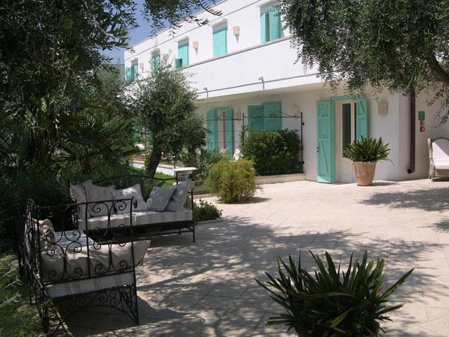 Spazi verdi attrezzati antistanti le camere del Resort Hotel Tenuta Centoporte
