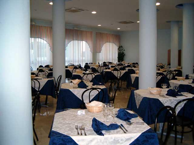 Sala ristorante arredata in stile moderno