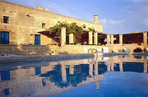 Ampia vista della piscina all'interno del Villaggio Turistico