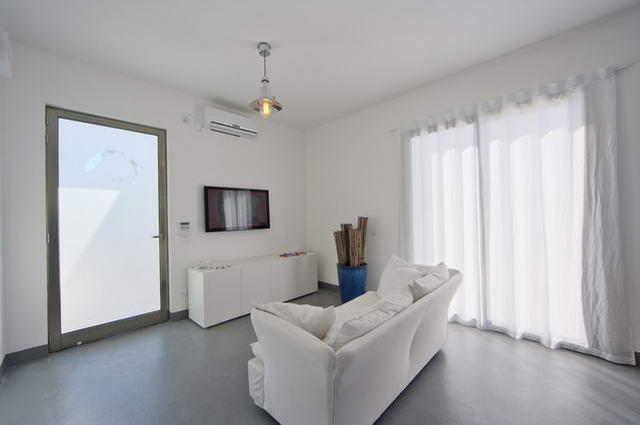 Spazioso soggiorno con divano