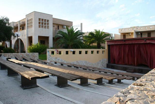 Spazi esterni antistanti le case vacanza del Villaggio Sairon