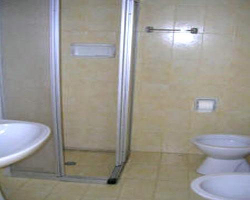 Servizi igienici dotati di box doccia