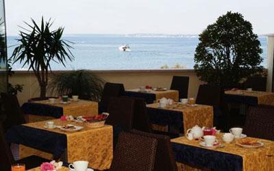 Sala dove consumare la prima colazione fronte mare