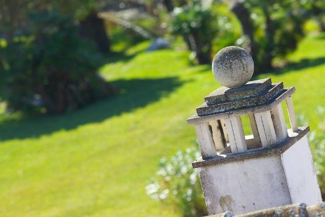 L'ampio e curato giardino
