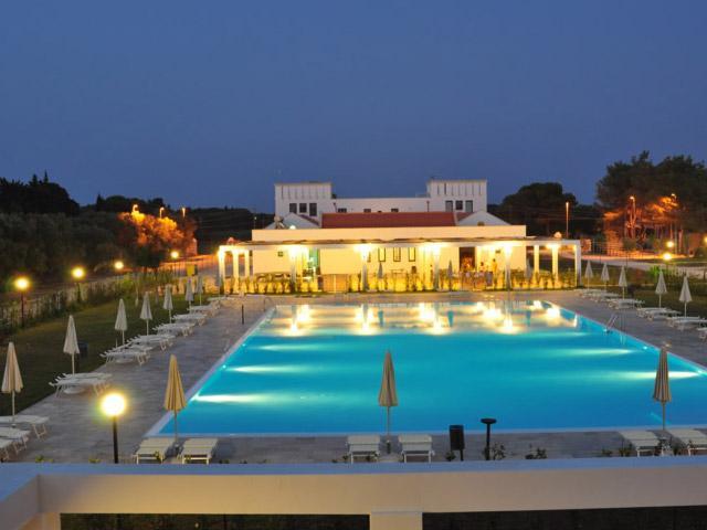 La struttura si compone di 72 unita' abitative disposte intorno alle piscine