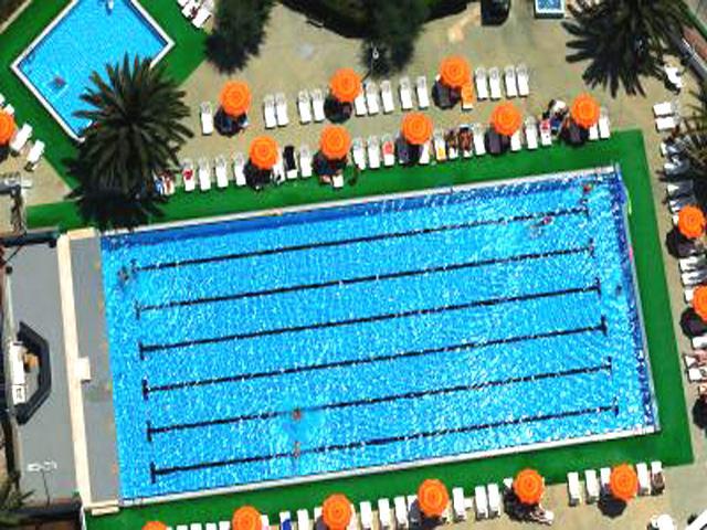 Panoramica della piscina attrezzata
