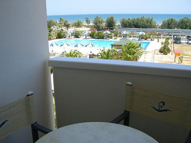 Camere con balconcino attrezzato con mobili da giardino