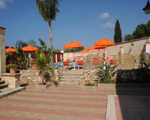 Bordo piscina attrezzato del residence La Masseriola