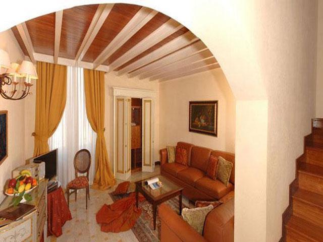Salottino con divani in pelle della Grand Suite