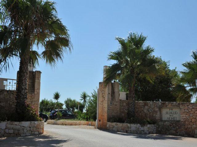 Entrata del residence villaggio Scoglio degli Achei a Ostuni - Brindisi