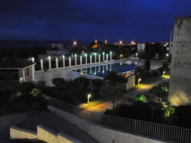 Vista del Residence Villaggio Scoglio degli Achei con illuminazione serale