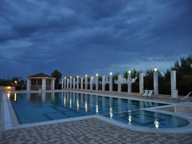 Ampia piscina attrezzata con sdraio