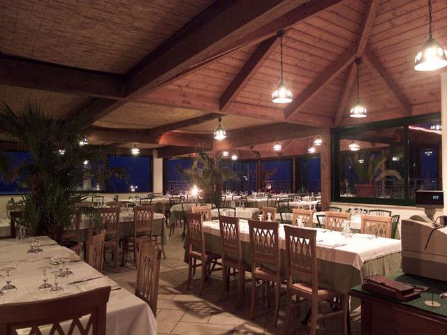 Sala ristorante con illuminazione serale