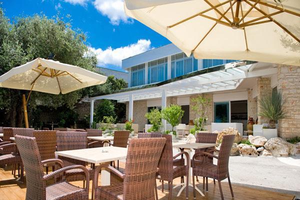 Terrazzo esterno attrezzato con tavoli, sedie ed ombrelloni