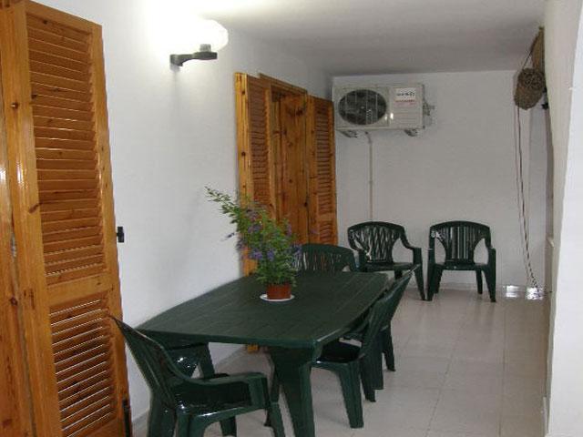Veranda attrezzata con tavolo e sedie