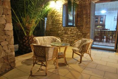 Esterni attrezzati con tavolo e sedie