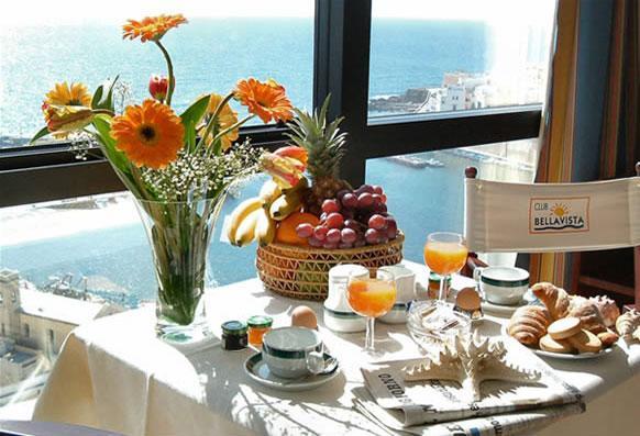 Prima colazione con bellissima vista mare