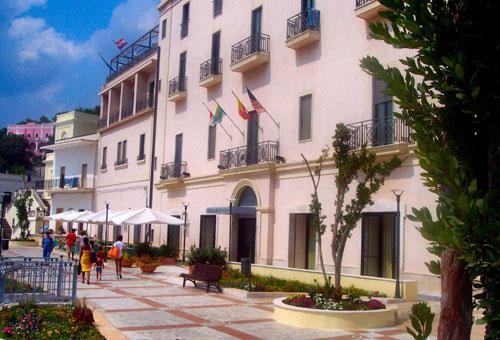 Facciata del Grand Hotel Mediterraneo