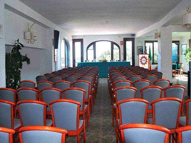 Le sale congressi da 10 a 160 posti sono confortevoli ed ospitali